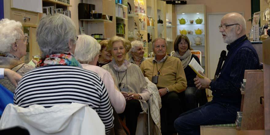 Frank Stößel bei einer VISITee-Lesung im Teeladen. Foto: © privat