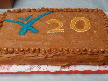 Mitarbeiterin Heike Austermann steuerte mit der Torte ein kulinarisches Highlight der Jubiläumsfeier bei.