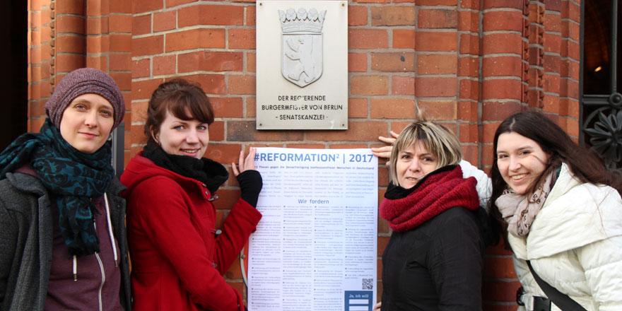 Aktivistinnen vor dem Roten Rathaus in Berlin. Foto: © A. Platzek