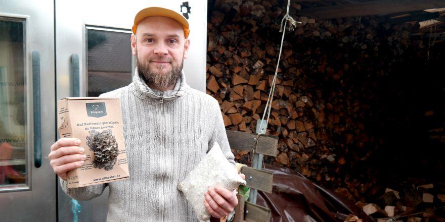 Ralph Haydl mit seinem Pilzpaket